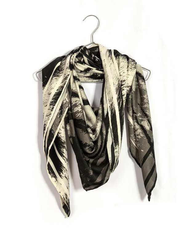 روسری زنانه پاییزه دست دوز مشکی سفید پیسلی